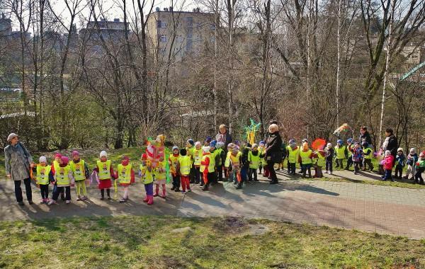 Dzieci z przedszkola nr 17 idą utopić Marzannę. To już wiosna! Zdjęcie: Andrzej Najdrowski.